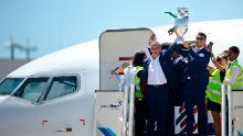 Fernando Santos (stânga) și Cristiano Ronaldo revin la Lisabona cu trofeul Campionatului European.