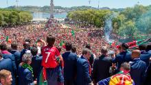 Jucătorii portughezi arată Cupa Europei suporterilor de la Lisabona.
