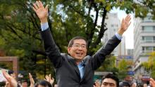Park Won-Soon waves to supporters during a campaign rally in downtown Seoul on October 22, 2011.