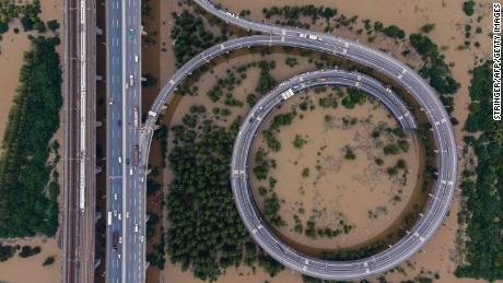 Esta fotografía aérea muestra un puente que conduce a la isla inundada de Tianxingzhou en Wuhan, en la provincia central china de Hubei, el 13 de julio.