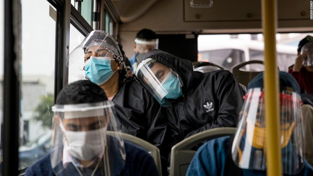 Commuters wear face masks and face shields while traveling on a public bus in Lima, Perù, a luglio 22. Peru has mandated masks and shields on public transportation.