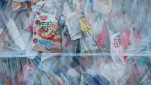 Deșeuri de plastic comprimate la Ichikawa Kankyo Engineering, un centru de reciclare din Japonia.