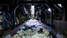 Muncitorii sortează deșeurile de plastic de unică folosință pe un transportor la centrul de reciclare Ichikawa Kankyo Engineering. Biroul orașului Katsushika din Tokyo aduce zilnic circa 10 tone de materiale reciclabile la instalația de reciclare.