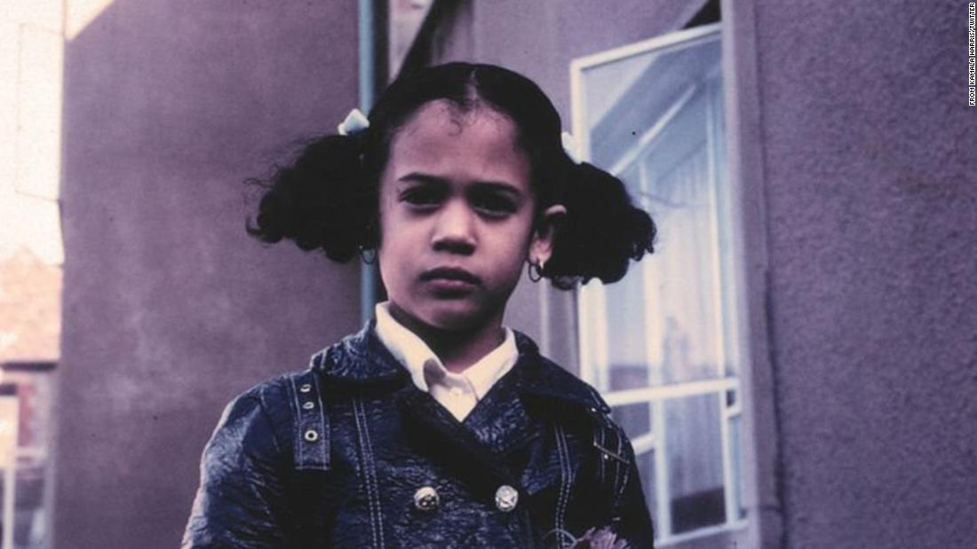"Harris tweeted this photo of her as a child after referencing it during a Democratic debate in June 2019. 토론 중, <a href=""https://www.cnn.com/2019/06/28/politics/biden-vs-harris-democratic-debate/index.html"" target=""_blank"">she confronted Joe Biden</a> over his opposition many years ago to the federal government mandating busing to integrate schools. ""There was a little girl in California who was bussed to school,"" <a href =""https://twitter.com/KamalaHarris/status/1144427976609734658"" target =""_공백"">she tweeted.</ㅏ> ""That little girl was me.&인용quot;"