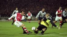 Francesc Arnau bloquea un disparo de Freddie Ljungberg del Arsenal durante la Liga de Campeones 1999-2000.