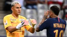Neymar celebra con el portero del PSG Keylor Navas tras marcar su penalti.