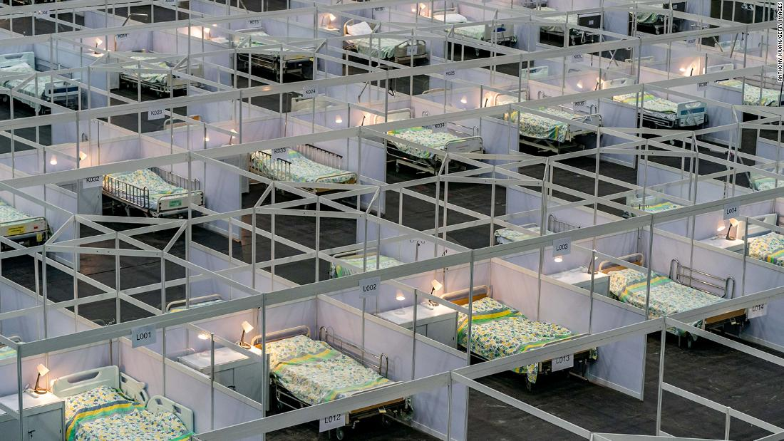 Beds are seen at a temporary field hospital set up in Hong Kong on August 1. AsiaWorld-Expo has been converted into a makeshift hospital that can take up to 500 pazienti.