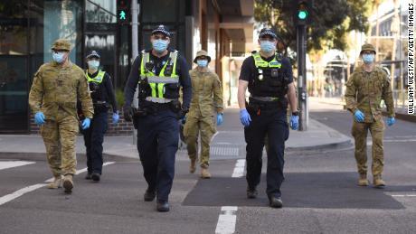 Australia impone nuevas medidas estrictas contra el virus en Victoria si los primeros éxitos se disuelven.