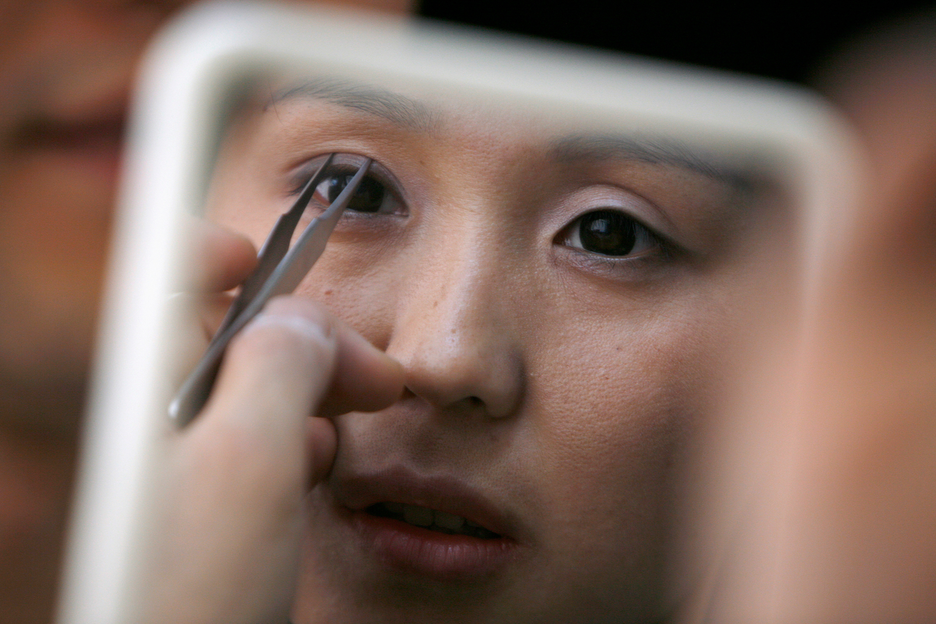 Why the 'fox eye' beauty trend is being slammed as racially insensitive - CNN Style