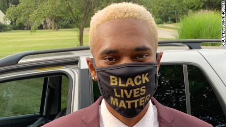 High school student forced to take off Black Lives Matter mask at graduation ceremony, 家人说
