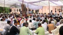 Cientos de personas asisten a una celebración en Bharatpur el 23 de julio de 2020, el día después de que 11 policías fueron condenados a cadena perpetua por el asesinato de Raj Man Singh.