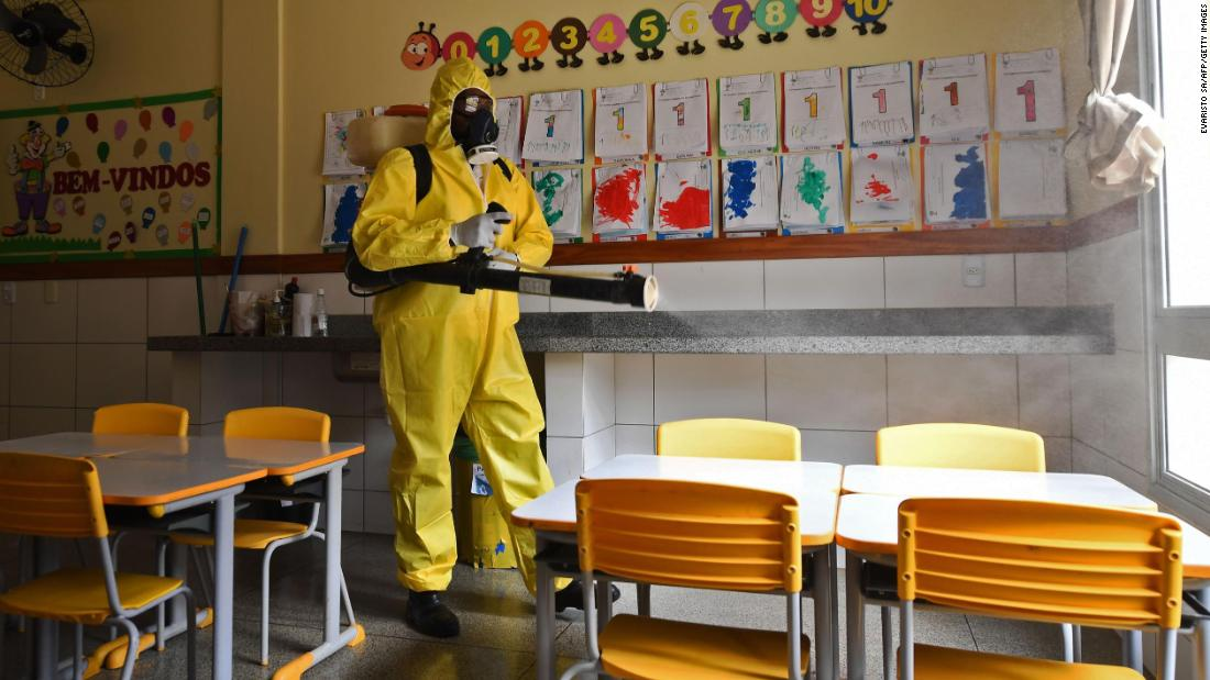 A worker disinfects a public school in Brasilia, Brasile, in agosto 5. The local government has begun preparations for the reopening of schools in early September.