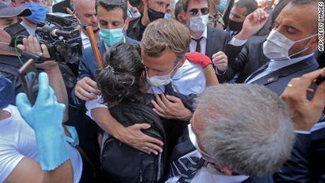 เยาวชนชาวเลบานอนกอด Macron ระหว่างการเยี่ยมชม Gemmayzeh
