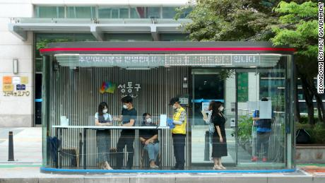 코로나 바이러스 시대, these new Seoul bus shelters refuse entry to anyone with a fever
