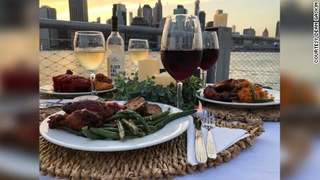 200814160004 02 new york couple pop up dinner large 169 - คู่สามีภรรยาชาวอิตาลีที่พบกันที่ระเบียงระหว่างการกักกันขณะนี้หมั้นกันในเมืองเดียวกับที่ 'โรมิโอและจูเลียต' ถูกตั้งขึ้น - C'mon