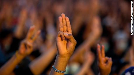 Los manifestantes saludan a los manifestantes con tres dedos en un mitin en el Monumento a la Democracia en Bangkok el 16 de agosto de 2020.