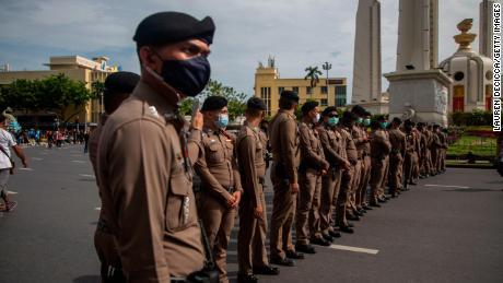 La policía tailandesa está patrullando una manifestación contra el gobierno en el Monumento a la Democracia en Bangkok el 16 de agosto de 2020.