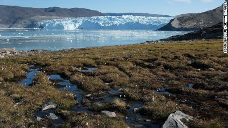 Greenland's ice sheet -- which contains enough water to raise global sea levels by 24 voete -- is melting as fast as at any time in the last 12,000 jare, a new study finds.