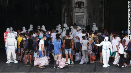 ผู้อพยพขึ้นเรือกักกัน MS GNV Azzurra ที่เกาะลัมเปดูซาของอิตาลีเมื่อวันที่ 4 สิงหาคม