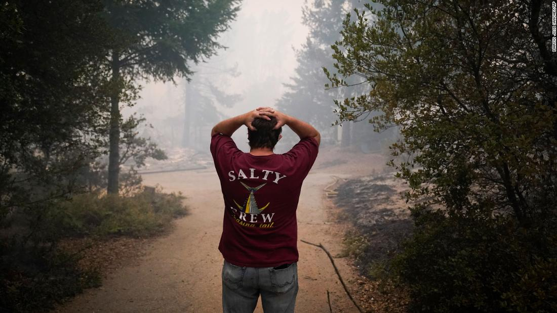 Peter Koleckar reacts after seeing multiple homes burned in his neighborhood in Bonny Doon, Kalifornië, on August 20.