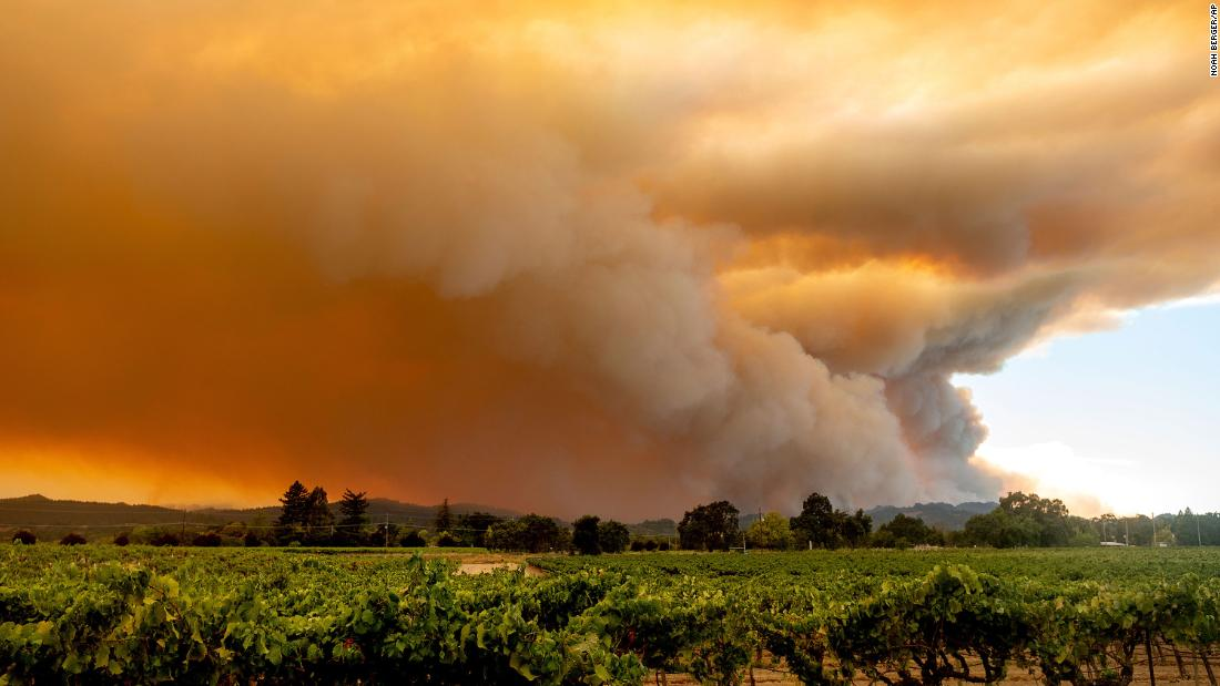 A smoke plume from the LNU Lightning Complex fires billows over Healdsburg, 캘리포니아, 8 월 20.