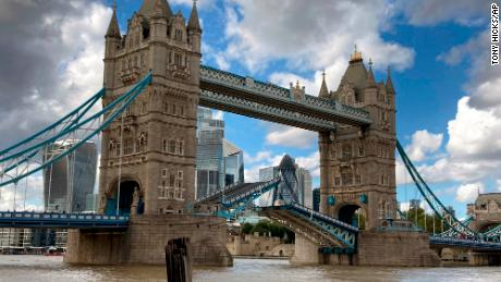 Londen's Tower Bridge gets stuck open, causing traffic chaos