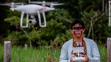 ชนเผ่าอเมซอนใช้โดรนเพื่อติดตามการตัดไม้ทำลายป่าในป่าฝนของบราซิล