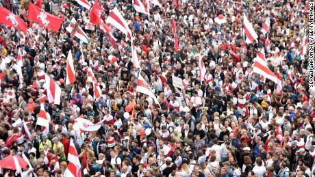 حزب اختلاف کے حامی 23 اگست 2020 کو منسک میں متنازعہ انتخابی نتائج کے خلاف احتجاج کر رہے ہیں۔