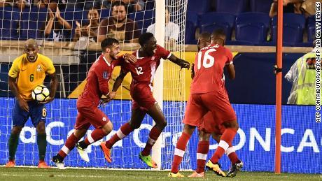 Alphonso Davies célèbre après avoir marqué son premier but pour le Canada contre la Guyane française.