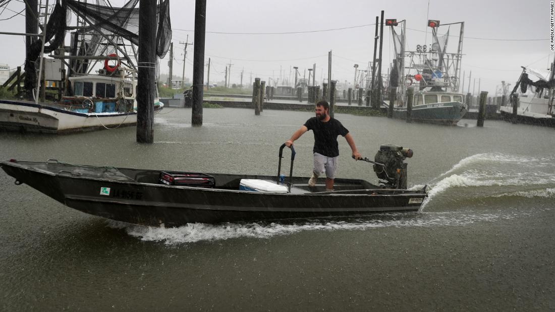 Michael Kent moves his boat in Venice, Louisiana, in agosto 23.