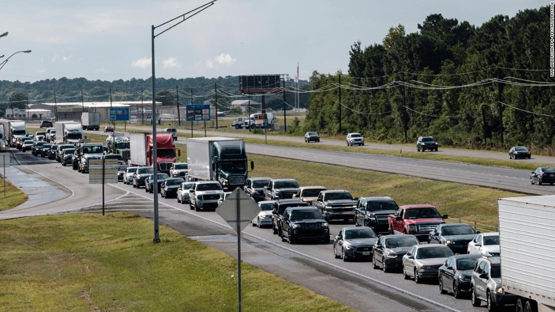 Traffic is at a near-standstill on Interstate 10 as people evacuate the region near Jennings, Louisiana, in agosto 25.