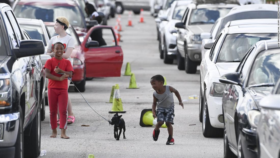 Children play at the Circuit of the Americas racetrack, where some evacuees were settling in Austin, Texas, in agosto 26.