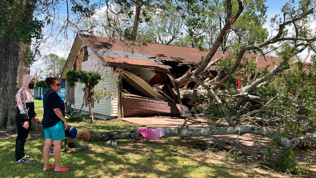 Maria Ramirez and her 17-year-old son, Jose Avila, survey the damage to their home in Orange, Texas, in agosto 27.