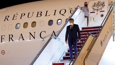 Macron มาถึงสนามบินนานาชาติเบรุตในวันที่ 31 สิงหาคม 2020