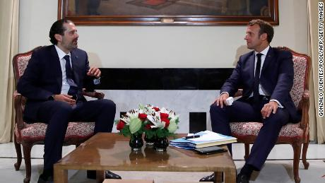 French President Emmanuel Macron meets former Lebanese Prime Minister Saad Hariri (大号) at the Pine Residence, the official residence of the French ambassador to Lebanon, in Beirut, 在八月 31, 2020.