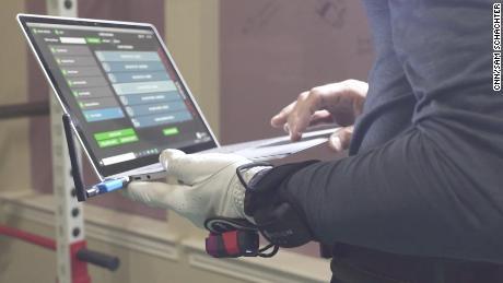 Les données collectées par Como sont examinées sur un ordinateur portable pour améliorer les performances.