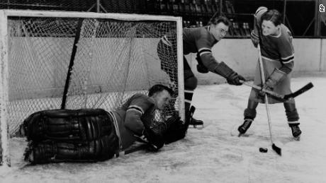 ڈیڈرکسن (دائیں) نیو یارک شہر میں میڈیسن اسکوائر گارڈن میں 1933 میں نیو یارک رینجرز کے کھلاڑی مرے مرڈوک (وسط) اور اینڈی آئکن ہیڈ کے ساتھ کام کررہے ہیں۔