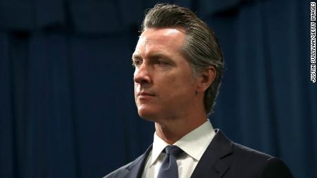 加州政府. Gavin Newsom looks on during a news conference with California attorney General Xavier Becerra at the California State Capitol on August 16, 2019 in Sacramento, 加利福尼亚州.