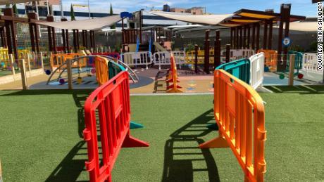 สนามเด็กเล่นมีที่กั้นเพื่อให้เด็ก ๆ อยู่ในฟองสบู่