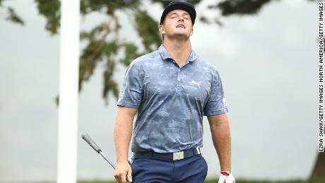 DeChambeau réagit à son entraînement au 16e trou lors de la dernière manche du championnat PGA 2020.