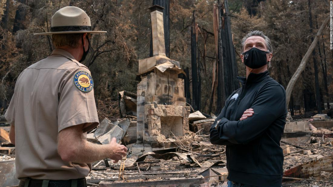 캘리포니아 정부. 개빈 뉴섬, 권리, listens as Santa Cruz State Park Superintendent Chris Spohrer talks about the fire damage to the Big Basin Redwoods State Park.