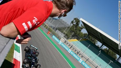 Sebastian Vettel regarde son rival Lewis Hamilton remporter la pole position.