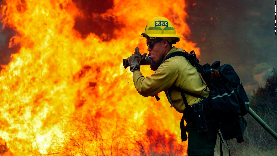 A firefighter in Jamul, 캘리포니아, battles the Valley Fire on September 6.