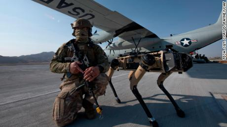 US Air Force Tech. 中士. John Rodiguez provides security with a Ghost Robotics Vision 60 prototype during an exercises on Nellis Air Force Base in Nevada.