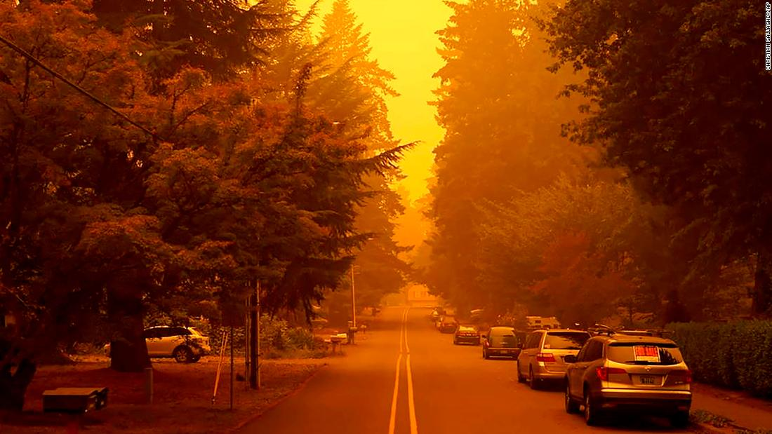A street is shrouded by smoke from wildfires in West Linn, 오레곤, 9 월 10.