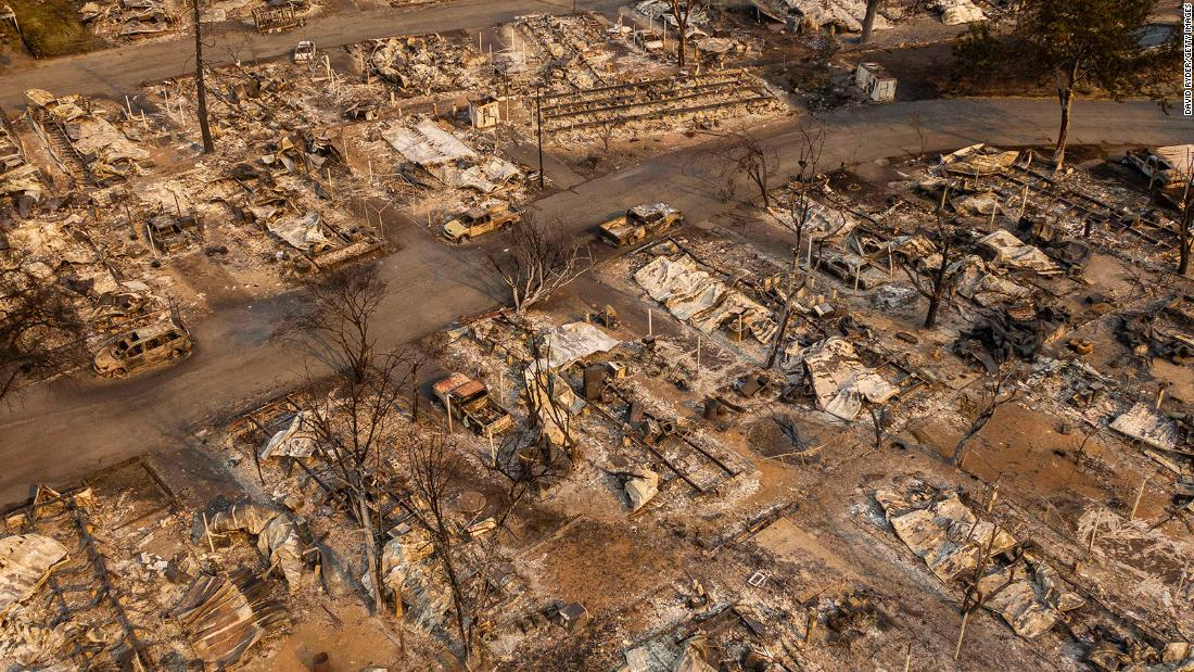 This aerial photo shows a destroyed mobile-home park in Phoenix, 오레곤, 9 월 10.