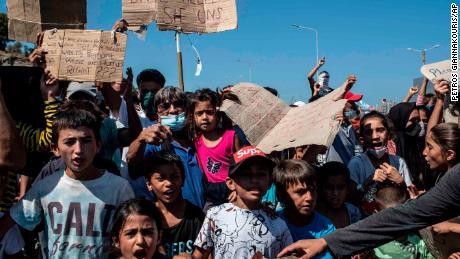 ผู้อพยพถือป้ายประท้วงเมื่อวันศุกร์ขณะที่พวกเขาขอความช่วยเหลือจากยุโรป