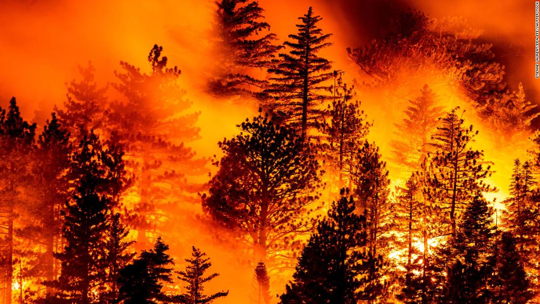 The Bobcat Fire burns in Angeles National Forest, north of Monrovia, 캘리포니아, 9 월 11.