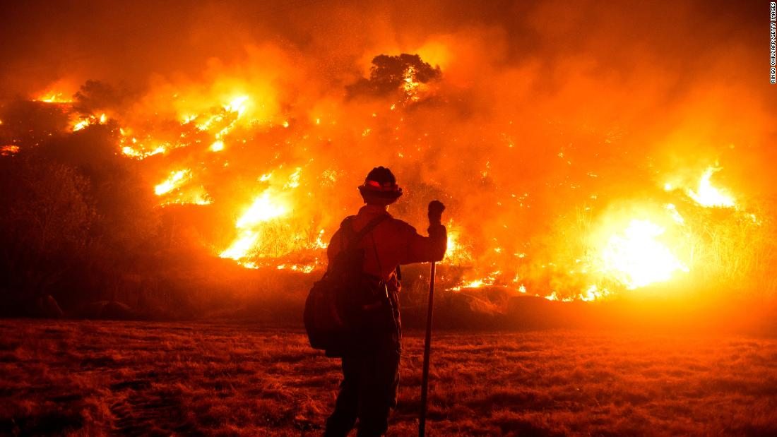 A firefighter works at the scene of the Bobcat Fire burning on hillsides near Monrovia, Kalifornië, on September 15.