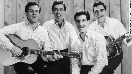 This promotional portrait of the The Four Seasons in 1965 vertonings, van links, Tommy DeVito, Frankie Valli, Bob Gaudio and Nick Massi.